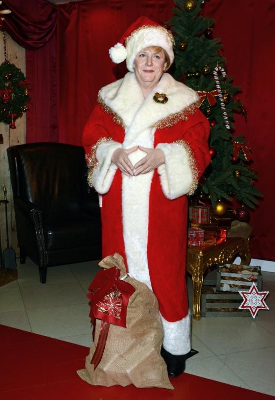 Weihnachtliche Wachsfigur von Angela Merkel in Berlin