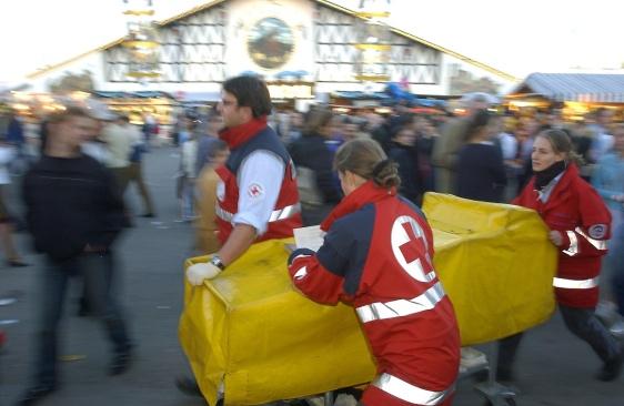 Sanitäter des Bayerischen Roten Kreuzes beim Einsatz auf dem Oktoberfest, 2003
